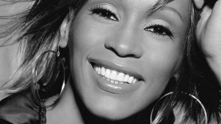 whitney-houston-mit-grossen-ohrringen-in-schwarzweiss